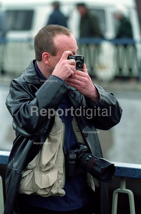 John Harris Photographer in action - Roy Peters - 2000-04-01