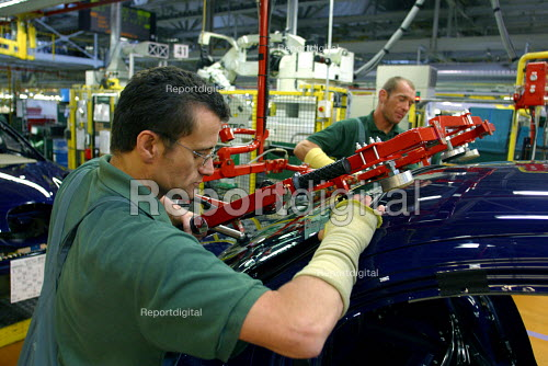 Jaguar workers. Assembly - windscreen fitting Brown's Lane Coventry - Roy Peters - 2001-07-10