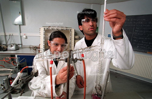 Chemistry undergraduates conducting an experiment - Roy Peters - 1997-03-07