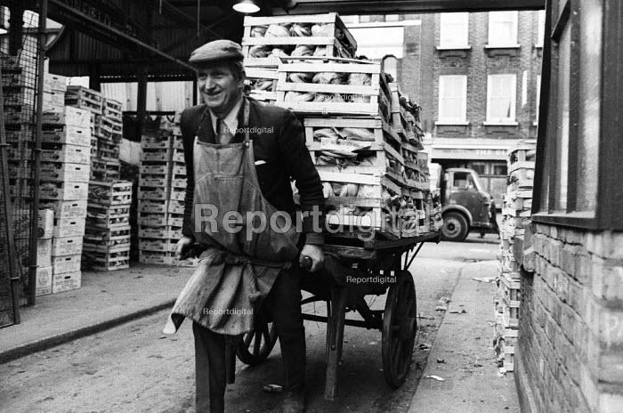 Covent Garden fruit and vegetable market, London, 1971. Covent Garden porter at work. - Mike Tull - 1971-12-13