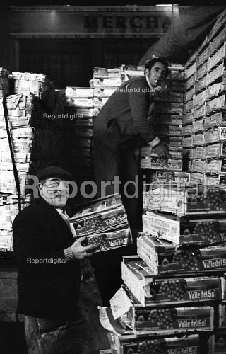 Covent Garden fruit and vegetable market, London, 1971. Covent Garden porters at work loading Spanish grapes. - Mike Tull - 1971-12-13
