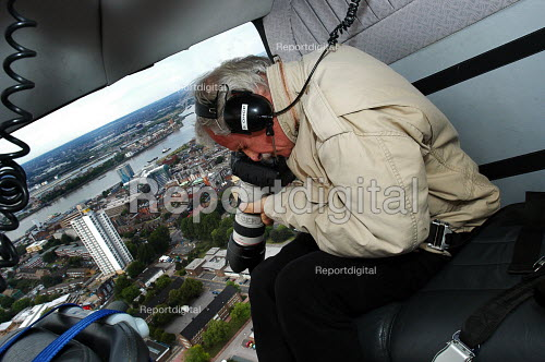 Yann Arthus-Bertrand, photographer of the 'earth from the air' series at work on a helicopter above London - Stefano Cagnoni - 2004-07-05