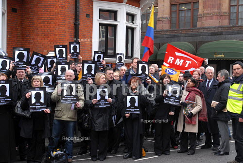 RMT members join other British trade union members picketing the Columbian Embassy in protest at the deaths of 84 Columbian trade union members in 2006 - Stefano Cagnoni - 2007-03-20