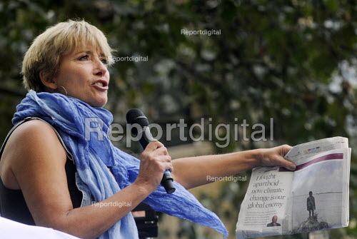 People's Climate Change demonstration, London. Actor Emma Thompson speaking at the rally and quoting Desmond Tutu from an article in The Observer newspaper. - Stefano Cagnoni - 2014-09-21