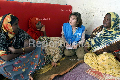 Report digital - A UNHCR aid worker meets with Somali women who are