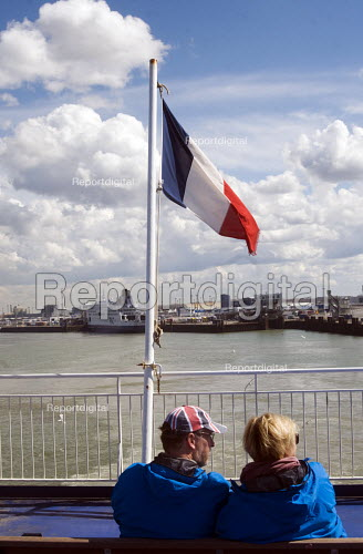 Couple on a ferry as it leaves the port of Calais, France, heading across the English Channel to Dover in the UK. - Stefano Cagnoni - 2016-04-12