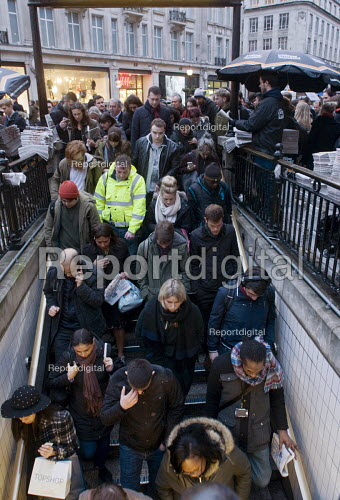 Workers and shoppers struggling down stairs to get into Oxford Circus underground Station at the end of the working day, West End, London - Stefano Cagnoni - 2016-03-09