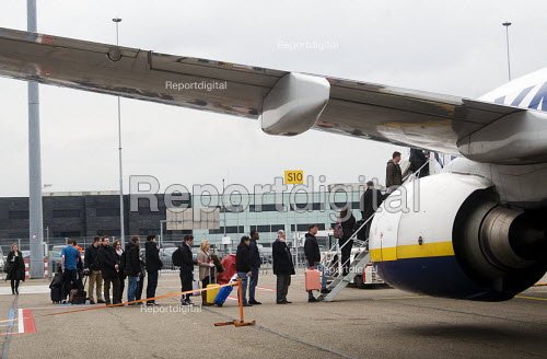 Passengers boarding a Ryanair airplane at Eindhoven airport, Holland - Stefano Cagnoni - 2016-03-21