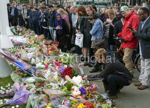 Vigil in Parliament Square for Jo Cox MP. Wreath laying in Westminster for murdered Labour MP, Jo Cox - Stefano Cagnoni - 2016-06-17