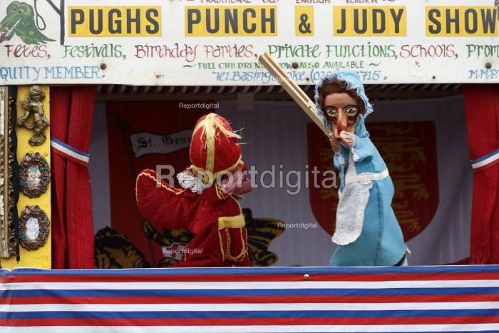 Puchs Punch and Judy show, Silcester Village Fete, Berkshire - John Harris - 2016-06-18