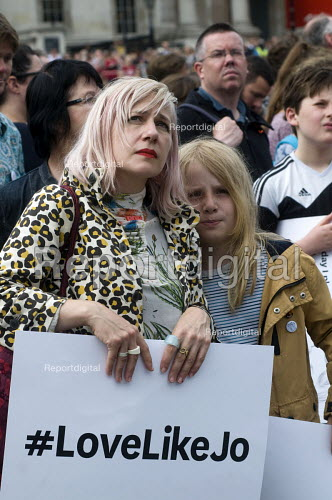 Memorial event to celebrate the life of murdered Labour MP, Jo Cox. Love Like Jo, Trafalgar Square, London. Mother and her daughter at the event. - Stefano Cagnoni - 2016-06-22