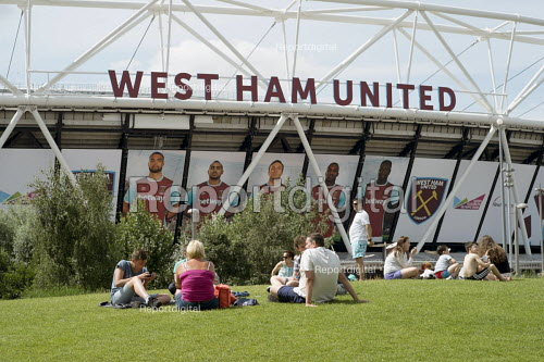 Families by the London 2012 Stadium, Queen Elizabeth Olympic Park, Stratford. The stadium is now home to West Ham United football club. - Philip Wolmuth - 2016-08-05