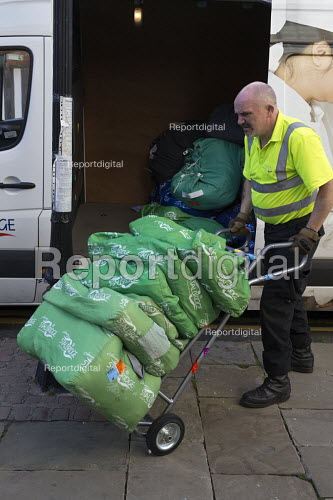 Worker unloading and delivering laundry to a hotel, Stratford-upon-Avon - John Harris - 2016-09-09