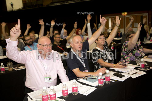 Dave Ward and CWU delegation voting TUC conference Brighton - Jess Hurd - 2016-09-13