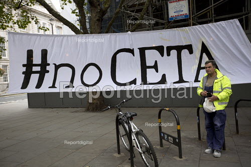 Building worker and No CETA banner, Central London. - Jess Hurd - 2016-09-17