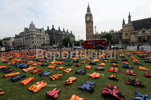 Graveyard of life jackets, 2500 laid out in Parliament Square, a tribute to thousands of refugees who have drowned over the past year trying to cross the Mediterranean, London - Jess Hurd - 2016-09-19