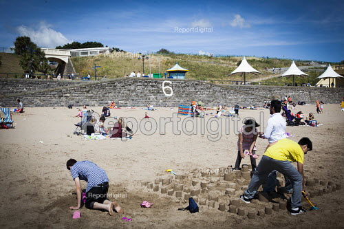 Tourists enjoying the beach. Barry Island Pleasure Park, South Wales. - Connor Matheson - 2016-07-31