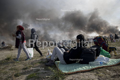 Fires rage during the eviction of refugees in the Jungle camp, Calais, France. - Jess Hurd - 2016-10-26