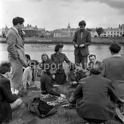 Taw and Torridge Festival Barnstaple Devon 1955. Joan Littlewood (C) with her Theatre Workshop group beside the River Taw the morning after the British premiere of Mother Courage by Bertolt Brecht. The production was slated by the critics. Her partner and collaborator Gerry Raffles is standing with pipe - Alan Vines - 1955-07-01