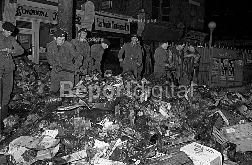 Troops clearing rubbish from Petticoat Lane during the council workers pay strike, London 1970 - Martin Mayer - 1970-10-23