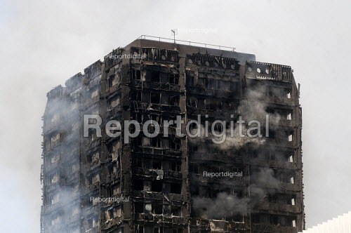 Grenfell Tower Fire. Smoke still smouldering a full 12 hours after the raging inferno that engulfed the West London tower block resulting in the loss of many lives - Stefano Cagnoni - 2017-06-14