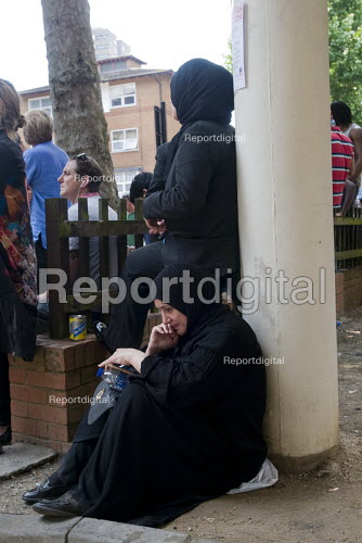 Grenfell Tower Fire. Local resident distraught as she can find no news of her friend and children, themselves tenants of Grenfell Tower in the fire that engulfed the West London tower block overnight - Stefano Cagnoni - 2017-06-14