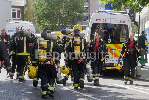 Grenfell Tower Fire. Firefighters leaving and arriving as they change shifts with their colleagues on the afternoon after the overnight fire at Grenfell Tower which caused the loss of many lives - Stefano Cagnoni - 2017-06-14