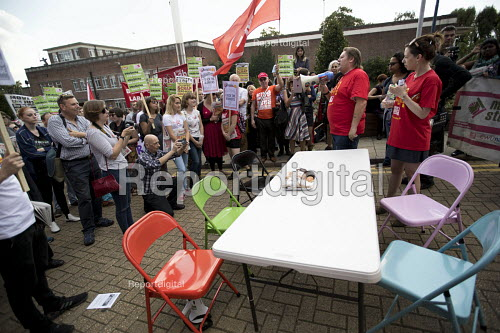 Ian Hodson BFAWU speaking rally outside McDonalds HQ ahead of a strike by workers, East Finchley, London. Fast Food Rights Campaign want 10 pounds an hour, end to zero hour contracts and union rights - Jess Hurd - 2017-09-02