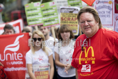 Ian Hodson BFAWU, rally outside McDonalds HQ ahead of a strike by workers, East Finchley, London. Fast Food Rights Campaign want 10 pounds an hour, end to zero hour contracts and union rights - Jess Hurd - 2017-09-02