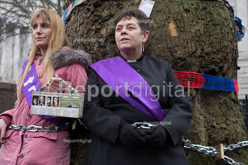 Vicar chained to tree in HS2 Euston protest. Local resident Jo Hurtfurd and Revd Anne Stevens, Vicar of St Pancras, chained to one of more than 200 mature trees before felling begins to make way for HS2 construction trucks at Euston station, London. - Philip Wolmuth - 2018-01-12