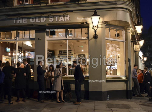 Workers enjoying a drink after work on a warm early Spring evening at The Old Star pub Westminster London - Stefano Cagnoni - 2018-04-18