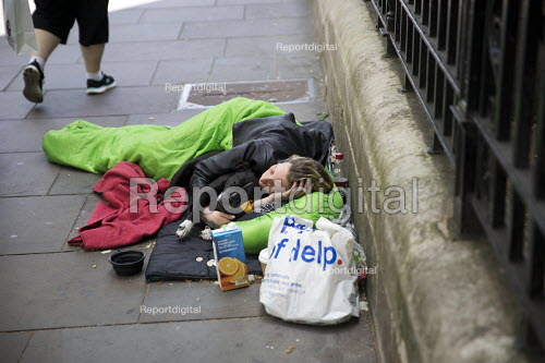 Young homeless woman and her dog sleeping on the pavement, Westminster, London. - Jess Hurd - 2018-06-21