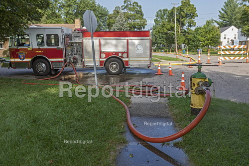 Parchment, Michigan USA, State of emergency declared after high levels of PFAS chemicals found in drinking water. Fire engine pumping water from a Kalamazoo fire hydrant down the street to connect with the Parchment system. The contaminants pose severe health risks - Jim West - 2018-08-01