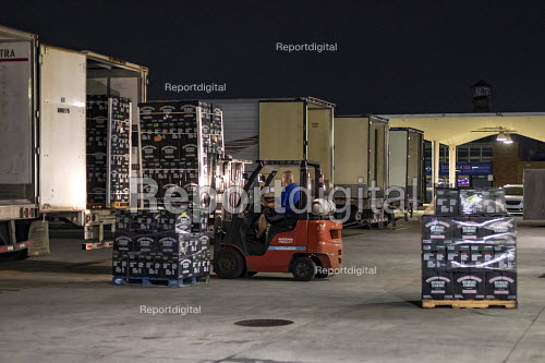 Detroit, Michigan USA workers moving Fruit and vegetables, Eastern Market - Jim West - 2018-08-28