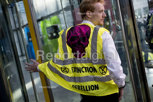 Extinction Rebellion glueing themselves to the Department of Energy, Westminster, London in protest against lack of Government action on climate change - Jess Hurd - 2018-11-12