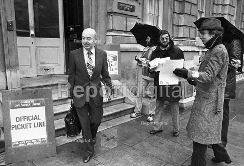 Rhodes Boyson MP crossing a civil servants picket line, Cabinet Office Westminster London 1981, Civil servants on strike for a pay rise and against job losses - NLA - 1981-03-09