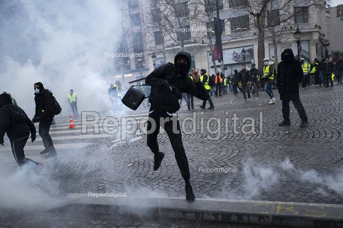 Paris, France protest by Yellow Vest movement, Champs Elysees area - Jess Hurd - 2018-12-08