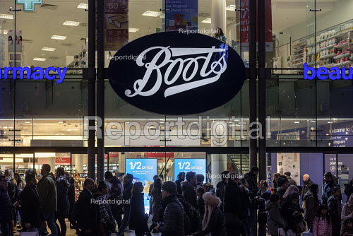 Boots store. End of year sales, Oxford Street, London - Philip Wolmuth - 2018-12-30