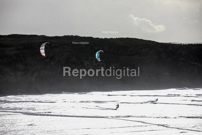 Kitesurfers surfing, Amoreira, Algarve, Portugal - Paul Box - 2018-10-30