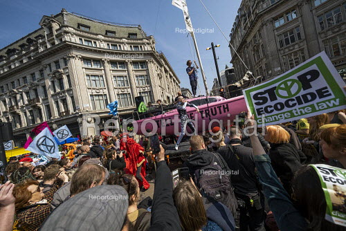 The Correspondents performing, Extinction Rebellion protest Oxford Circus against lack of government action on climate change. Nonviolent direct action simultaneous blocking London. - Jess Hurd - 2019-04-15
