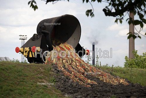 British Steel Scunthorpe. Sculpture of molten slag being poured from a slag pot onto a waste tip. Greybull Capital has put British Steel into receivership. Lincolnshire - John Harris - 2019-05-22