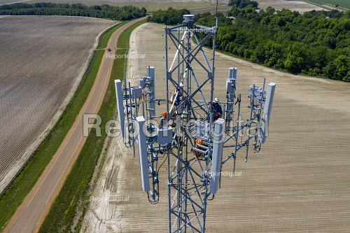 Midnight, Mississippi, USA: Workers installing equipment on a new mobile phone communications tower for AT&T - Jim West - 2017-09-14