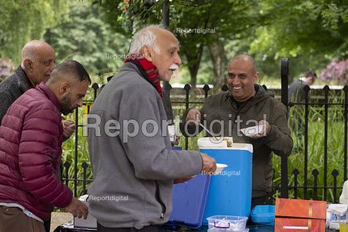 Street soup kitchen for the homeless, Manchester. Curry and tea provided by local volunteers - John Harris - 2019-06-12