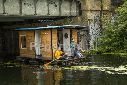 Paddling houseboat, Regents Canal, East London - Jess Hurd - 2019-07-14
