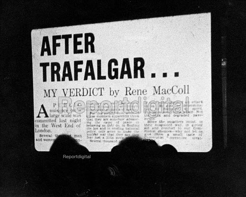 The Establishment Club London 1961. Projection on the wall of a scathing newspaper attack in The Telegraph by Rene MacColl on the Easter Aldermaston anti nuclear weapons march which had filled Trafalgar Square. The Establishment Club was cteated by Peter Cook and Nicholas Luard in Greek Street in the West End of London with a fare of biting satire aimed at the ruling political classes - Romano Cagnoni - 1961-11-17