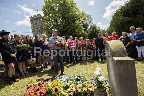 Mark Serwotka, PCS laying a wreath at the grave of on the grave of James Hammett, Tolpuddle Martyrs Festival, Dorset. - Jess Hurd - 2019-07-21