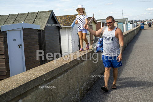 Father and child on holiday, Southend, Essex - Jess Hurd - 2019-08-08