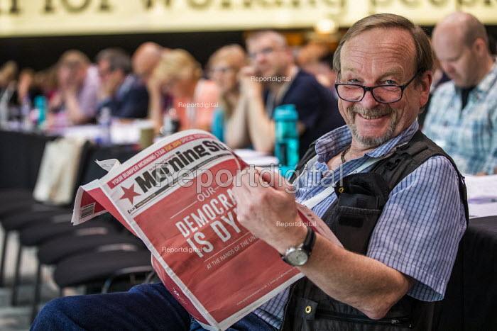 Photographer John Harris reading the Morning Star, TUC Congress, Brighton 2019. - Jess Hurd - 2019-09-09