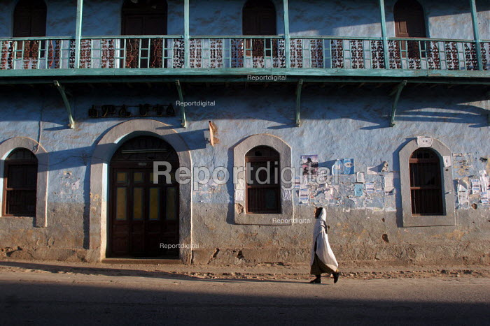 A woman walks in the streets of the city of Harar, Ethiopia, February 2006. - Boris Heger - 2006-02-04