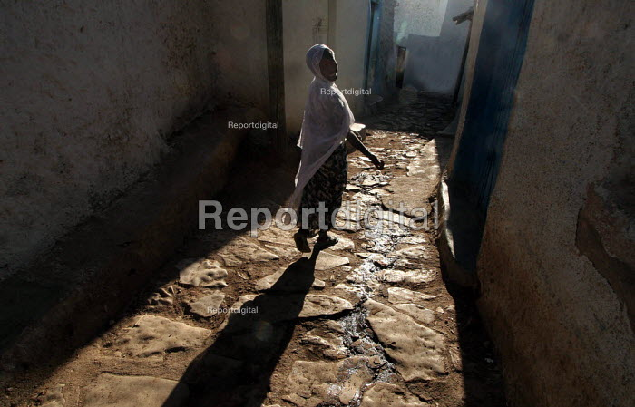 A girl looks back as she walks in the city of Harar, Ethiopia - Boris Heger - 2006-02-04